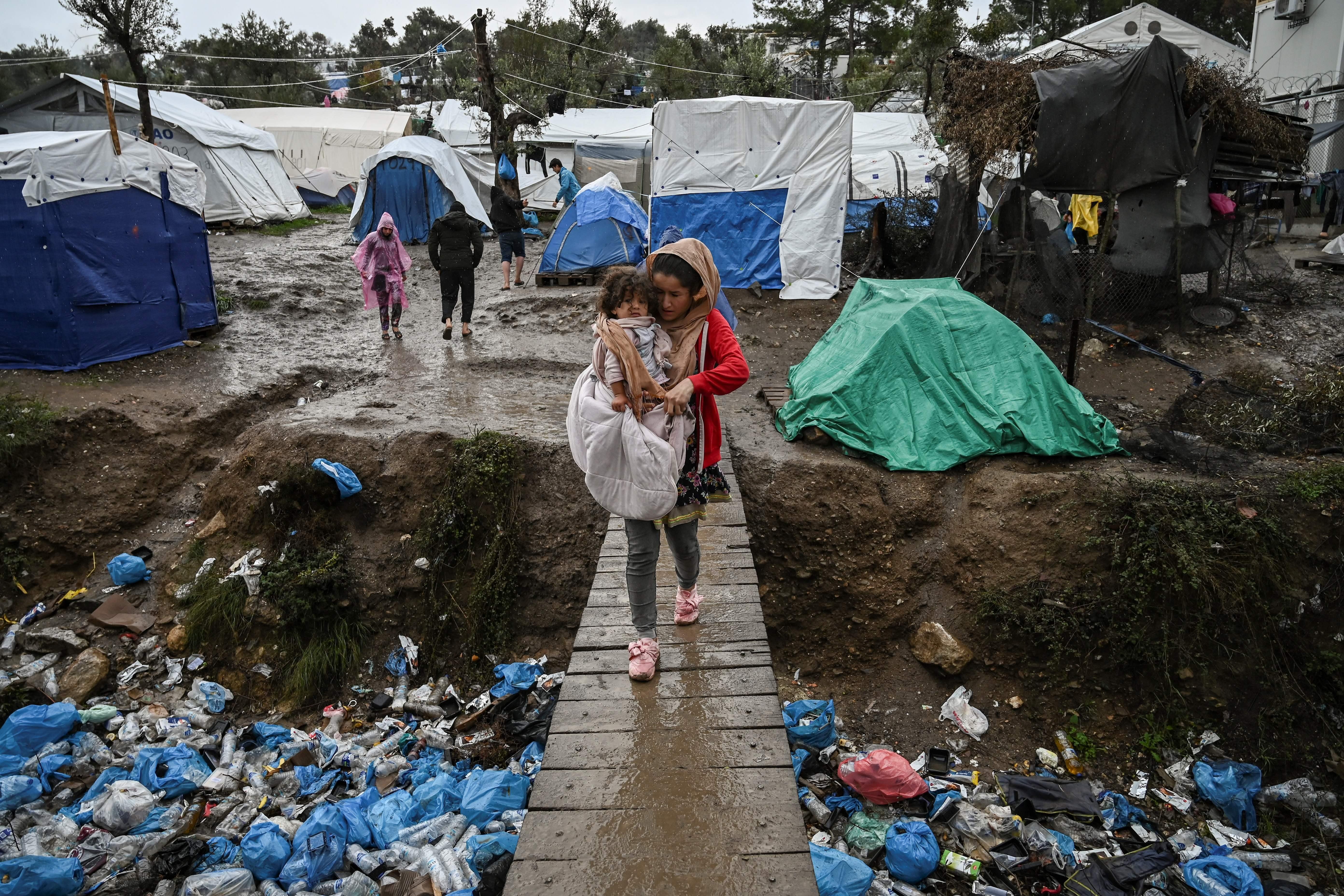 Frau mit Kleinkind in griechischem Flüchtlingslager